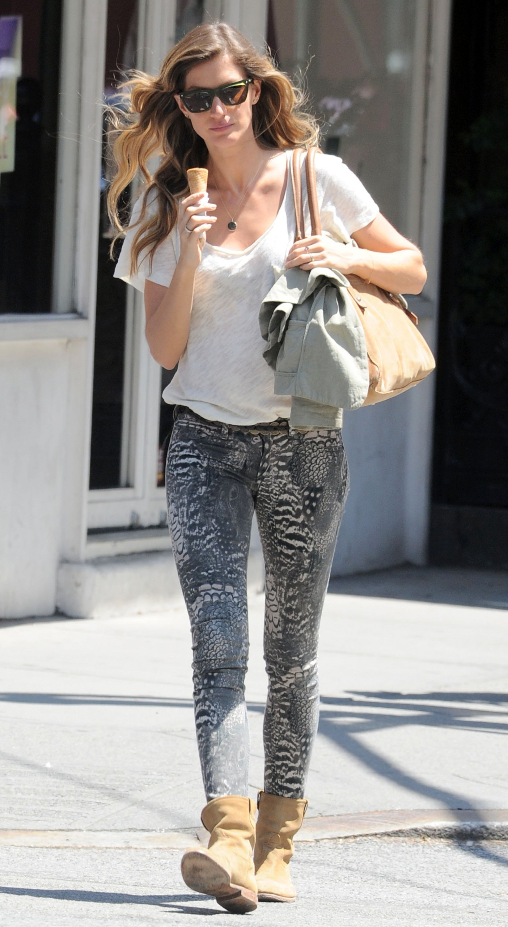 Gisele-Bundchen-Rag-Bone-Feather-Print